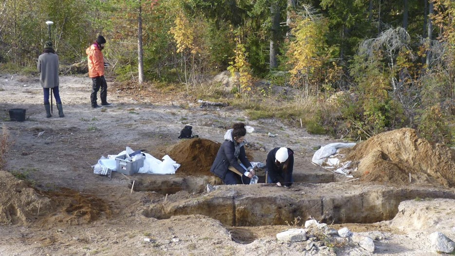 Master students of environmental archaeology excavating a cooking pit feature on a Stone Age to Bronze Age site at Klabböle in the North of Sweden