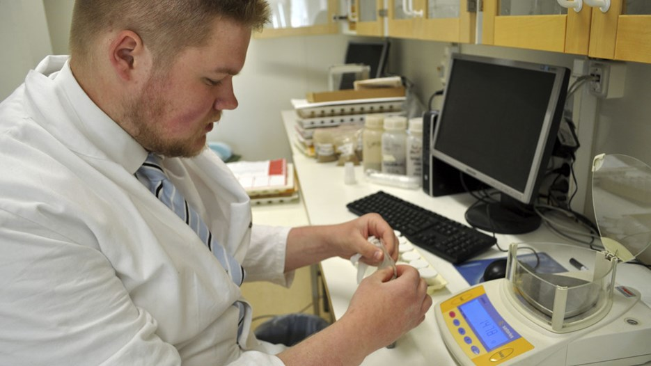 The master student Pontus is analysing soil samples at the Environmental Archaeology Laboratory at Umeå University.