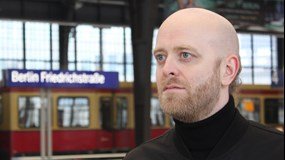 Anders Lind framför verk vid Earth Day Art Model 2021