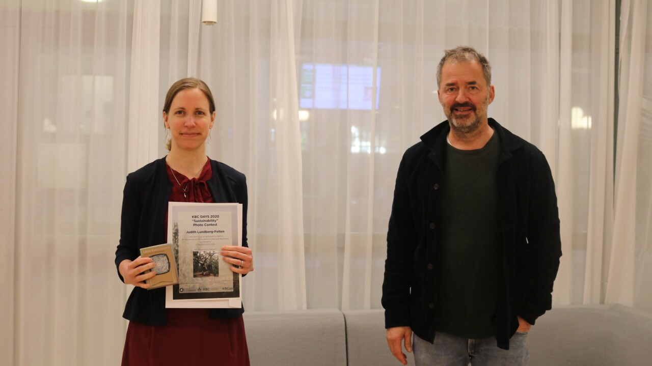 "Judith Lundberg-Felten receives a prize for winning the photo contest with the theme ""Sustainability"" during the KBC DAYS 2020. On the photo: Judith Lundberg-Felten and Stefan Björklund"