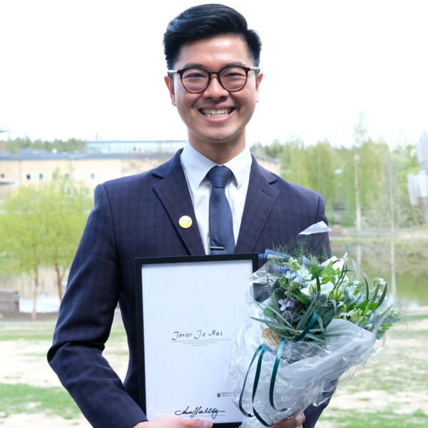 Javier Jo Mai, Umeå University's Global Swede 2020, with his diploma.