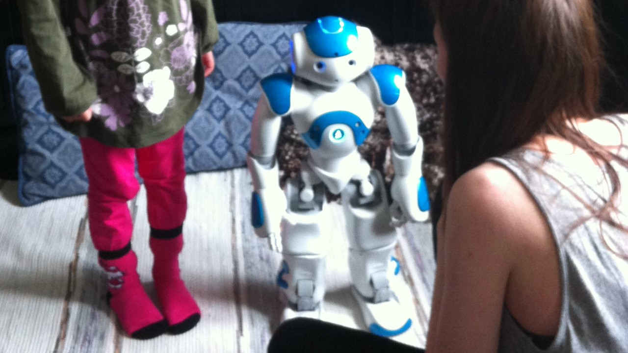 NAO-robot with children.
